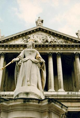 A statue in front of Saint-Paul's Cathedral in London