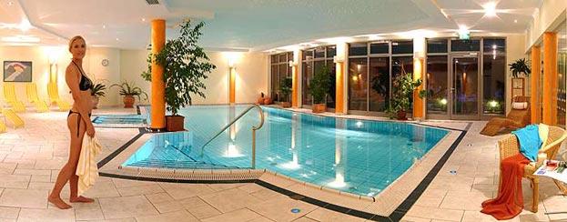 La belle piscine intérieure de l'Hôtel Alpen Adria par Hermagor