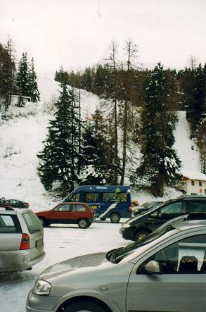 L'aire de stationnement de la colline de ski Axamer Lizum en Autriche.